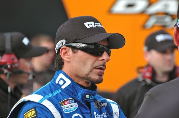 Alex Tagliani, en grande conversation avant les qualifications. (Photo : Daniel Rufiange)