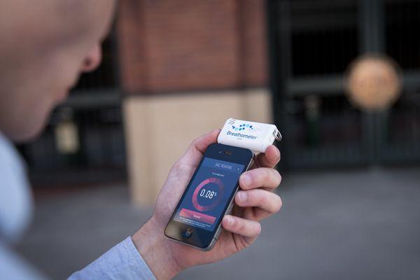 Le Breathometer calcule votre taux d'alcoolémie.