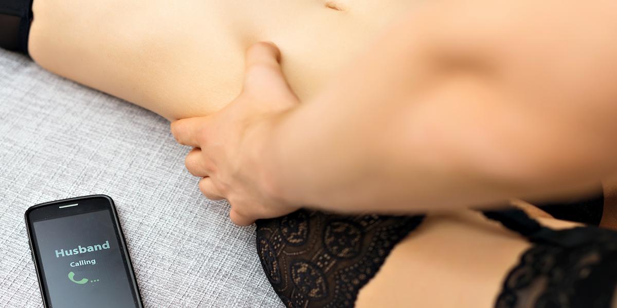 les gars de sexe oral dans la position 69 avant le sexe anal
